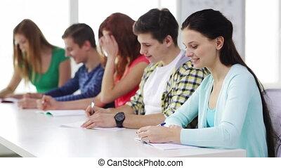 sorridente, studenti, con, manuali, a, scuola