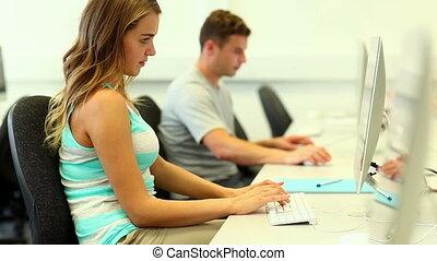 sorridente, studenti, lavorare computer