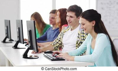 sorridente, studenti, lavorativo, con, computer, a, scuola