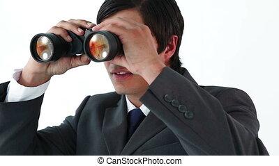 sorridente, uomo affari, guardando attraverso binocoli