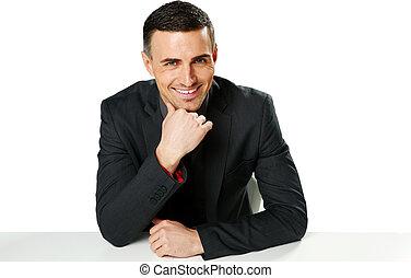 sorridente, uomo affari, sedere tavola, isolato, su, uno, sfondo bianco
