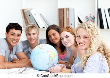 sorrindo, adolescentes, em, um, biblioteca, trabalhando,...