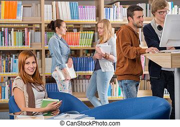 sorrindo, amigos, estudante, biblioteca
