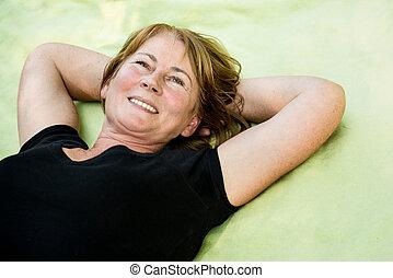 sorrindo, ao ar livre, maduras, mentindo, mulher