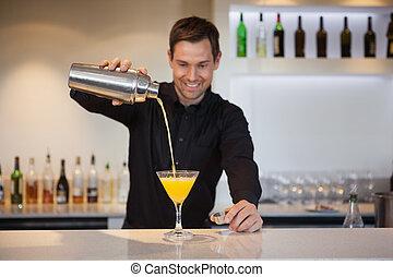 sorrindo, bartender, despejar, amarela, coquetel, em, vidro