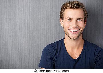 sorrindo, bonito, jovem, homem
