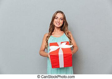 sorrindo, bonito, mulher jovem, segurando, caixa presente