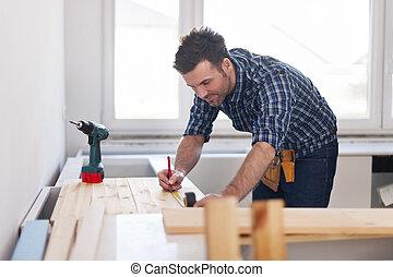 sorrindo, carpinteiro, medindo, pranchas madeira