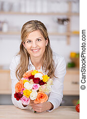 sorrindo, casual, mulher, com, fresco, flor