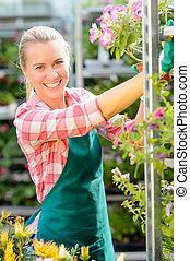 sorrindo, centro jardim, mulher, trabalhando, flores potted