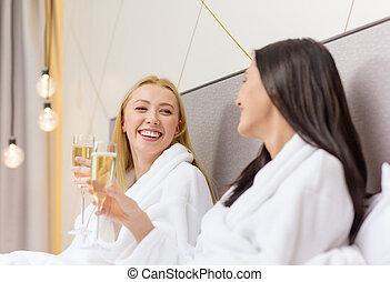 sorrindo, champanhe, cama, namoradas, óculos