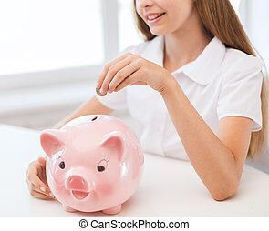 sorrindo, criança, pôr, moeda, em, grande, cofre