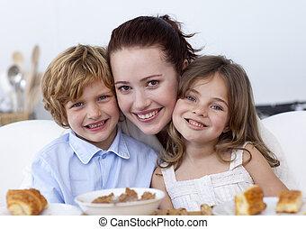 sorrindo, crianças, tendo, pequeno almoço, com, seu, mãe