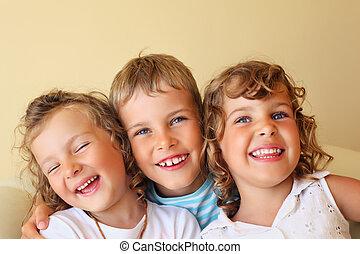 sorrindo, crianças, três, junto, em, cosy, menina, em, esquerda, olhos fechados