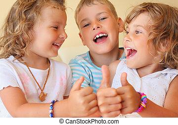 sorrindo, crianças, três, junto, em, cosy, sala, mostra, ??, gesto