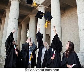 sorrindo, diplomados, jogar, seu, chapéus, em, a, céu