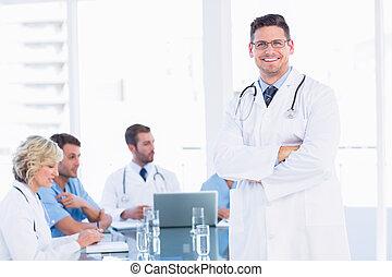 sorrindo, doutor, com, colegas, em, reunião