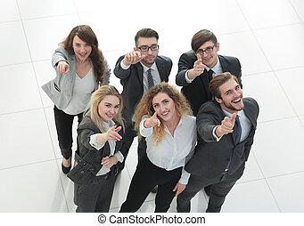 sorrindo, equipe negócio, mostrando, polegares cima