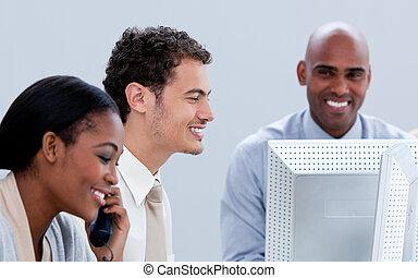 sorrindo, equipe negócio, trabalhando, em, um