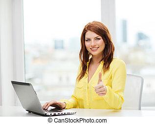 sorrindo, estudante, com, computador laptop, em, escola