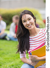 sorrindo, estudante universitário, com, obscurecido, amigos, parque