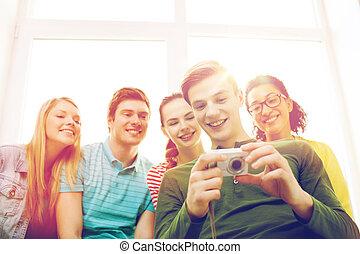 sorrindo, estudantes, com, câmera digital, em, escola