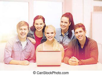 sorrindo, estudantes, com, laptop, em, escola