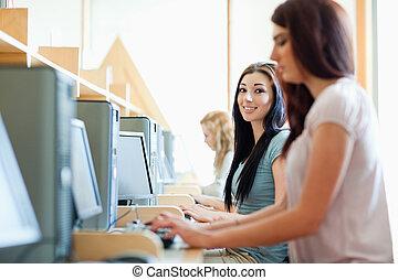 sorrindo, estudantes, usando, computadores