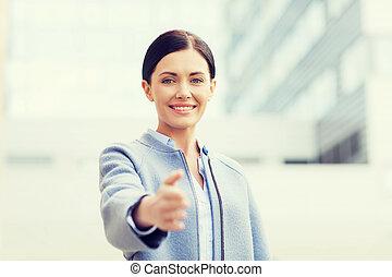 sorrindo, executiva, dar, mão, para, aperto mão