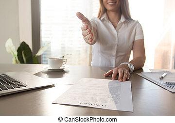 sorrindo, executiva, dar, mão, para, aperto mão, oferecendo, contra