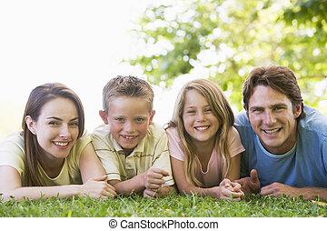 sorrindo, família, mentindo, ao ar livre