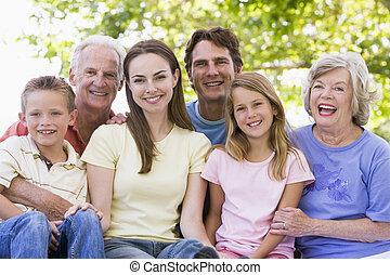 sorrindo, família prolongada, ao ar livre