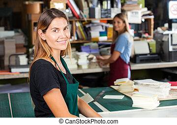 sorrindo, femininas, trabalhador, ficar, em, papel, fábrica