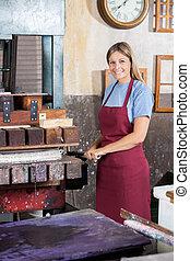 sorrindo, femininas, trabalhador, usando, papel, imprensa, máquina