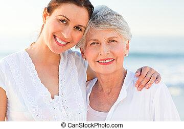 sorrindo, filha, com, dela, mãe
