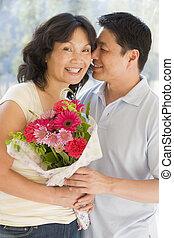 sorrindo, flores, marido, segurando, esposa