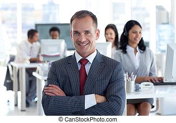 sorrindo, gerente, guiando, seu, equipe, em, um, centro...