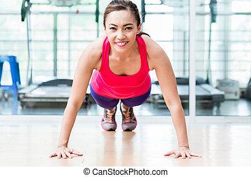 sorrindo, ginásio, mulher, jovem, pushup
