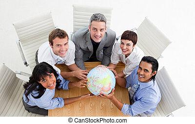 sorrindo, globo, segurando, pessoas negócio