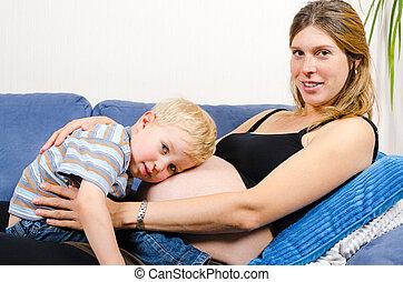 sorrindo, grávida, mãe, com, dela, menino, ligado, sofá