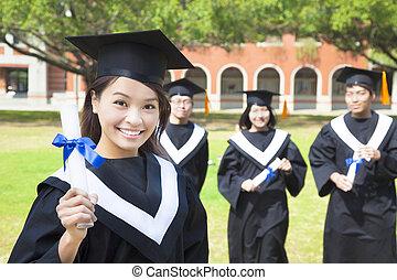 sorrindo, graduado faculdade, mostrar, um, diploma