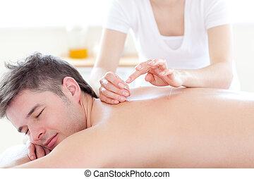 sorrindo, homem jovem, em, um, terapia acupuntura