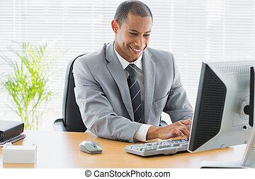 sorrindo, homem negócios, usando computador, em, escritório