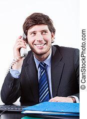 sorrindo, homem negócios, usando, telefone, em, escritório