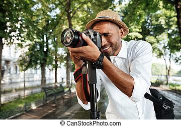 sorrindo, homem preto, parque
