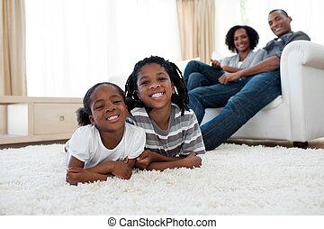 sorrindo, irmã, irmão, mentindo, chão