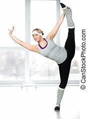 sorrindo, jovem, dançarino, femininas, fazendo, esticar, exercícios