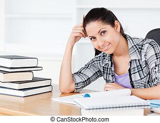 sorrindo, jovem, estudante, olhando câmera