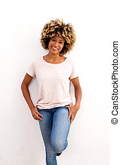 sorrindo, jovem, fêmea africana, modelo, posar, branco, fundo