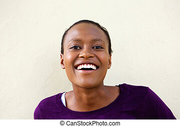 sorrindo, jovem, mulher africana